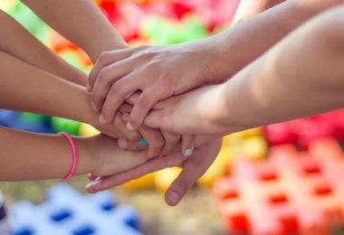 Haende-halten-team-hands