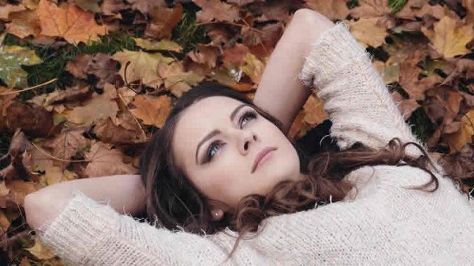 blaetter-junge-frau-beautiful-girl