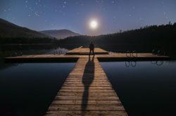 mann-nacht-steg-allein-wasser-alone