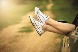Schuhe-beine-aus-Auto-legs