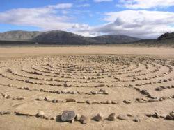Rückführungen Therapie labyrinth steine see dry lake bed
