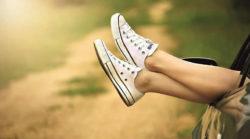 Geld und Fülle-Schuhe-beine-aus-Auto-legs