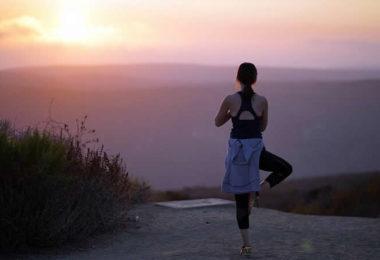 strand-frau-yoga-sunset