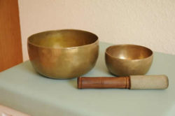 klangschalen-liege-singing-bowls