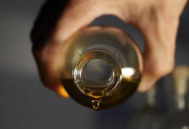 oel-hand-flasche-essential-oils