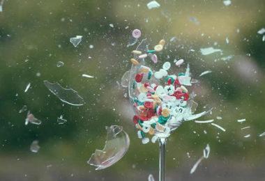 Glas-scherben-explosion