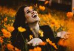 frau-gluecklich-selbstliebe-spirit-online-flower