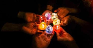 lichter-haende-candles-in-dark