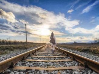Spirituelle Musik -maedchen-gitarre-gleise-rail