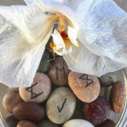 Sommersonnenwende blume rune stones