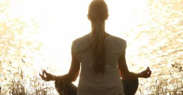 meditation-see-ufer-frau-meditate