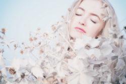 p-attraktiv-blond-blumen