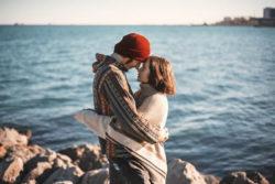 amma-liebe-umarmung-liebespaar-meer-couple