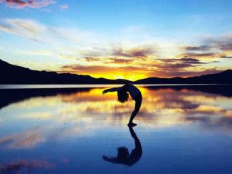 Abend-Himmel-Frau-Yoga-Wasser-silhouette