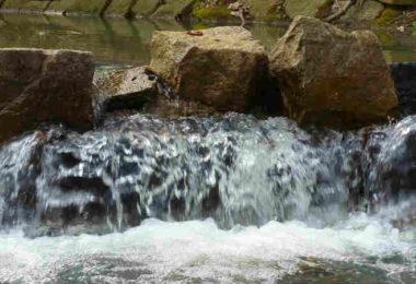 energie-kommt-wieder-in-den-Fluss-waterfall