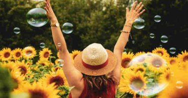 p-frau-power-sonnenblumen-blasen-4k-wallpaper