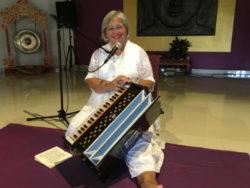 antje-nagular-mit instrument