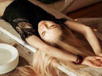 frau-blond-raekelt-sich-girl
