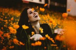 frau-gluecklich-selbstliebe-spirit-online-flowerflower