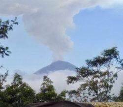 Bali-Agung rauchend