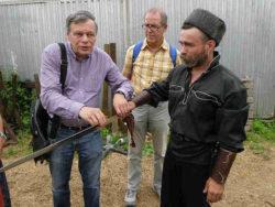 DAR-Bei den Don Kosaken Ein Kosake erklärt uns den Umgang mit dem Schwert