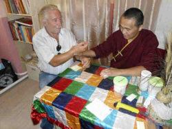 Ein tibetischer Arzt gab jedem von uns eine Pulsdiagnose und verschrieb natürliche Medikamente