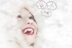 frau-schnee-lachen-gedanken-woman