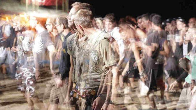 Menschen-veraendern-wollen-sein-lassen-crowd-of-people