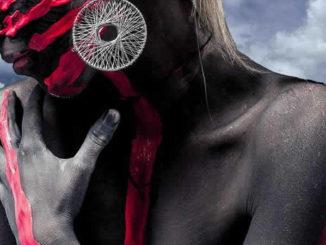 Wahrnehmung durch Meditation verändern-frau-wasser-bodypaint-nack