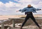 loslassen-frau-steht-im-wind-freedom