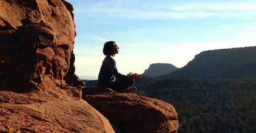 natuerlich-meditieren-frau-auf-berg-peaceful