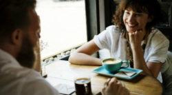 ganzheitliche-kommunikation-strahlende-frau-cup