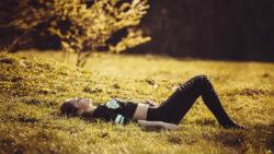 Achtsamkeit-Jugendliche-Teenie-Tweens-girl-lying-on-the-grass