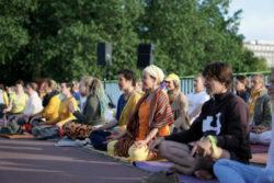 Laura-Lagershausen-Meditierende-Kennedybruecke-G20-Gipfel-Hamburg 2017
