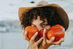 Rohkosternährung pexels tomaten frau hut