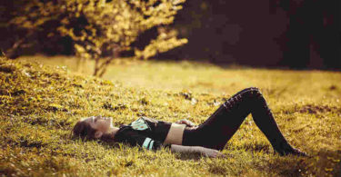 Achtsamkeit-Jugendliche-Teenie-Tweens-girl-lying-on-the-grass