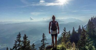 wandern-frau-berge-abgrund-hike