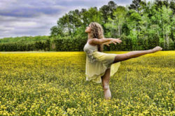 bewegung-sport-adrenalin-frau tanzt in Natur-dancer