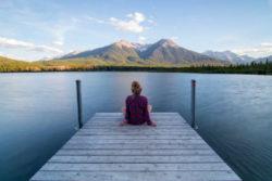 frau-steg-see-innere-reisen-seelenreise-schamanische-reise-spiriit-online-jetty
