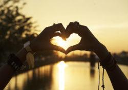 sonnenuntergang-haende-herzform-chakra-aktivieren-herzchakra-heart