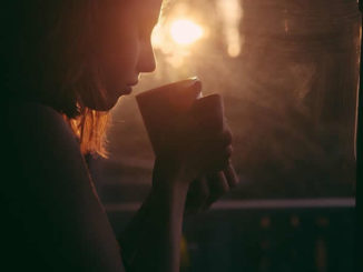 Dualseele- Maedchen-Trinken-Kaffeetasse-Sonnenuntergang-girl