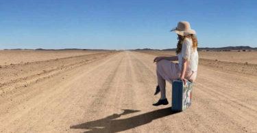 frau-koffer-hut-wueste-strasse-woman