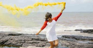 frau-meer-gelbe-Farbe-innere Rhytmus-innere Takt-spirit online-people