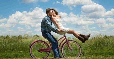 Beziehungskiste glueckliches-paar-Fahrrad-Beziehung-lebendiges-Miteinander