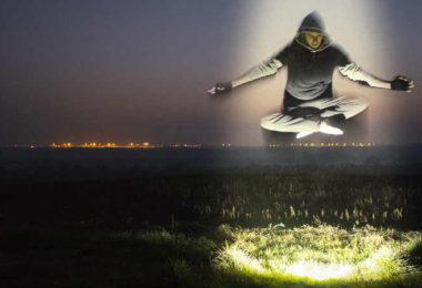 mann-schwebt-licht-trinitaet-koerper-geist-seele-spirit-online-levitation