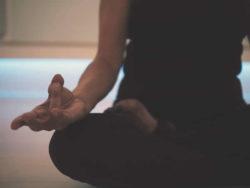 Mudra-yoga-sitzen