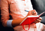 frau-lesen-schreiben-zug-female