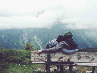 paar-bank-berge-mehr-kuscheln-beruehrung-spirit-online-couple