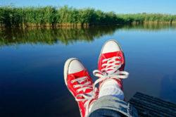 Stress-alte-Muster-aussteigen-See-rote-Turnschuhe-feet