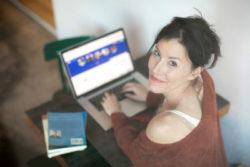 Onlinedating-Frau-Laptop-Date-Selbstbewusstsein-woman